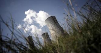 Reactor's cooling towers are seen at the Tricastin nuclear power plant, on August 27, 2008 in Bollene.   Vue des cheminées de la centrale nucléaire du Tricastin, le 27 Août 2008 à Bollène. Areva va investir 20 millions d'euros supplémentaires pour renforcer la surveillance environnementale autour de ses installations du Tricastin, à la suite du rejet, dans la nuit du 7 au 8 juillet, de 74 kg d'uranium rejetés dans l'environnement après le débordement d'une cuve à l'usine Socatri, filiale d'Areva de Lapalud. AFP PHOTO / JEFF PACHOUD