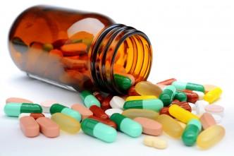 Pillen und Tabletten aus Medizin-Glas