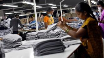 employes-dans-une-usine-textile-en-inde